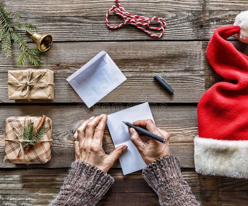 Concepto: Navidad Un hombre escribe una letra a Santa Claus fotos de archivo libres de regalías