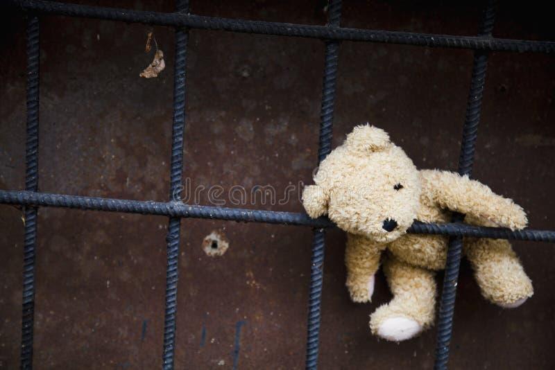 Concepto: niñez, soledad, dolor y depresión perdidos Oso de peluche sucio que se acuesta al aire libre imagen de archivo libre de regalías