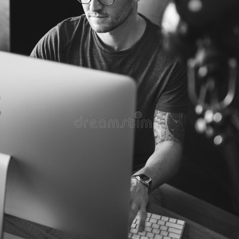 Concepto ocupado de Editing Home Office del fotógrafo del hombre fotos de archivo