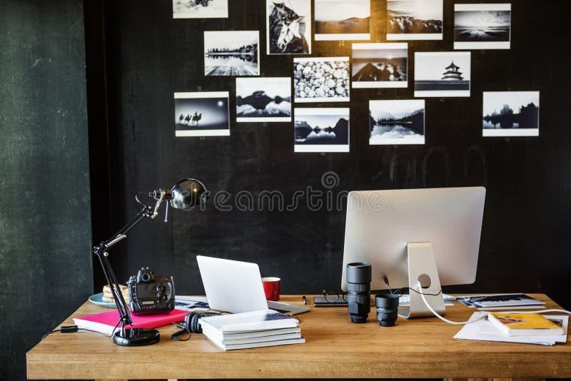 Concepto ocupado de Editing Home Office del fotógrafo del hombre fotografía de archivo