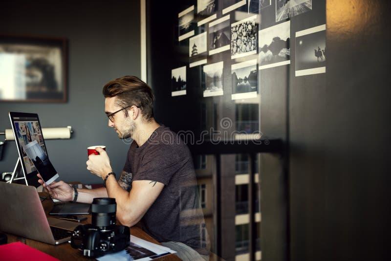 Concepto ocupado de Editing Home Office del fotógrafo del hombre foto de archivo