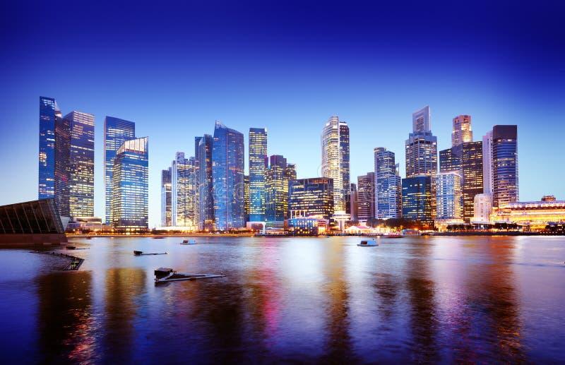Concepto panorámico de la noche de Singapur del paisaje urbano fotografía de archivo