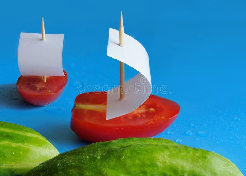 concepto para la nutrición apropiada dos pepinos como las ondas y dos tom foto de archivo