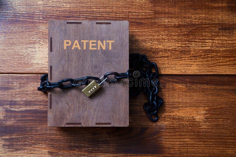 Concepto para los derechos reservados, patente o propiedad intelectual y protección de la idea Caja envuelta con la cadena en la  fotografía de archivo libre de regalías