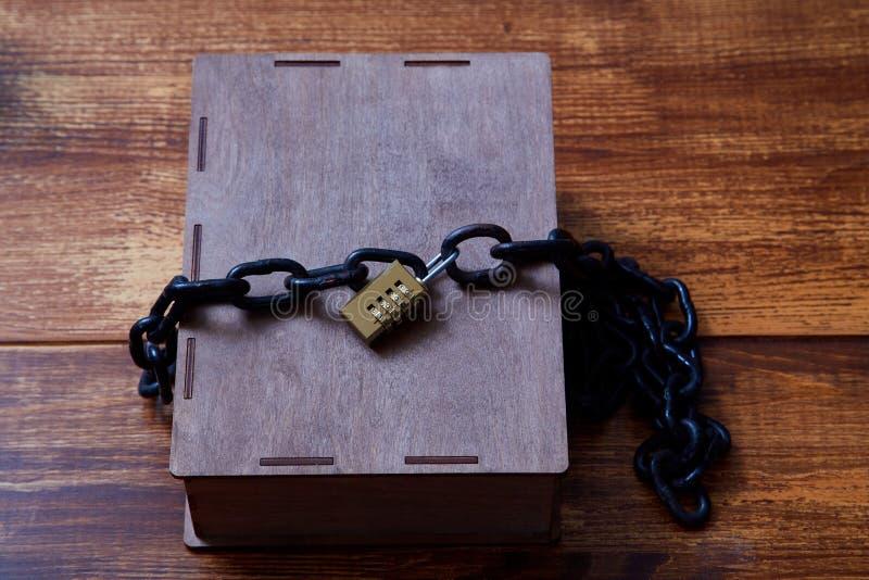 Concepto para los derechos reservados, patente o propiedad intelectual y protección de la idea Caja envuelta con la cadena en la  imagen de archivo