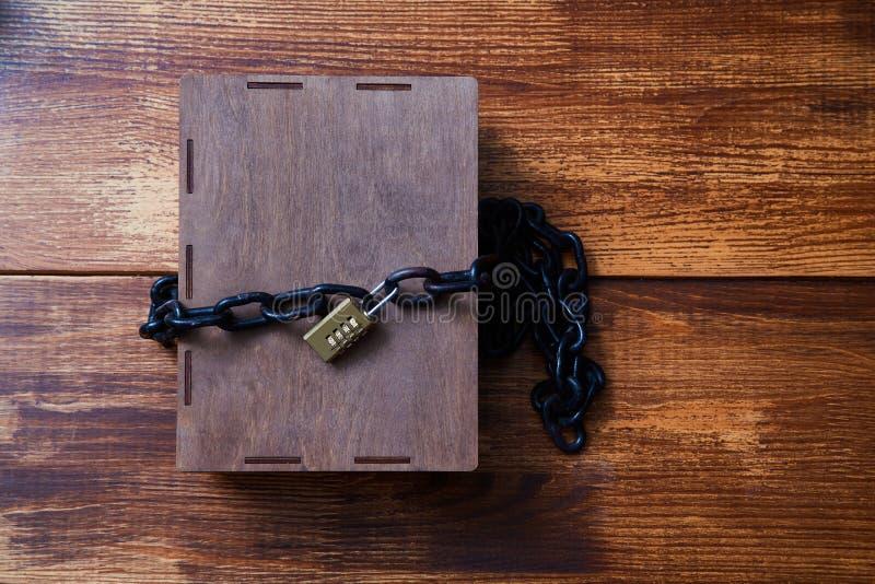 Concepto para los derechos reservados, patente o propiedad intelectual y protección de la idea Caja envuelta con la cadena en la  imágenes de archivo libres de regalías