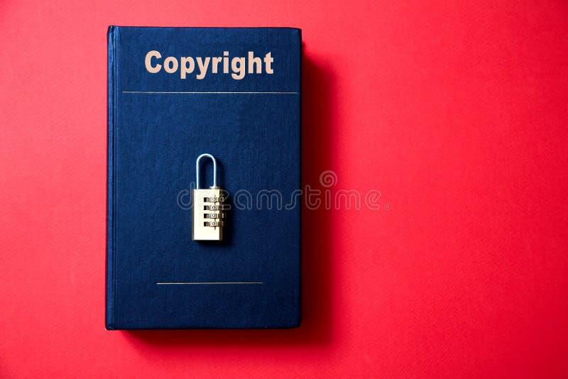 Concepto para los derechos reservados, patente o propiedad intelectual y protección de la idea La cerradura con el código que mie imagenes de archivo