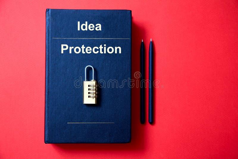 Concepto para los derechos reservados, patente o propiedad intelectual y protección de la idea La cerradura con el código que mie fotografía de archivo