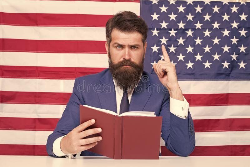 Concepto patriótico Profesor o presentador de televisión estadounidense sostiene fondo de bandera estadounidense Patria amorosa H fotos de archivo libres de regalías