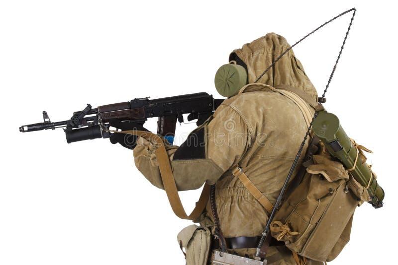 concepto Poste-apocalíptico de la ficción - acosador en careta antigás con el arma de ak-47 imagen de archivo