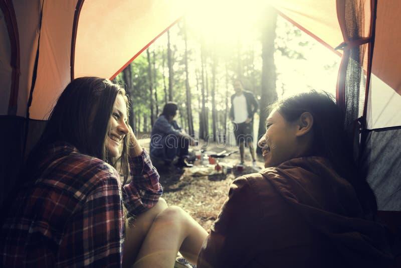 Concepto que acampa del destino de la lugar frecuentada de la amistad de la gente que viaja fotos de archivo