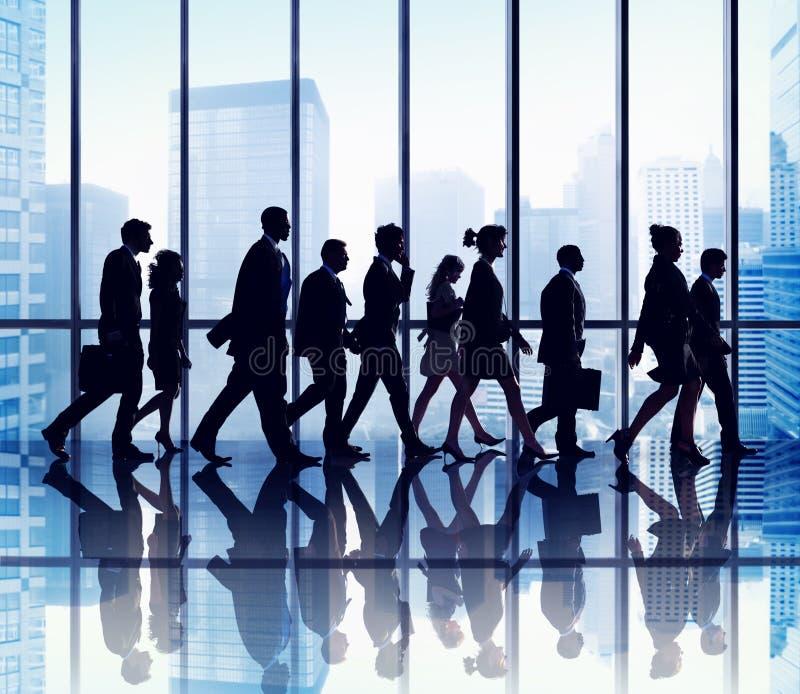 Concepto que camina del grupo de personas de la silueta imagen de archivo