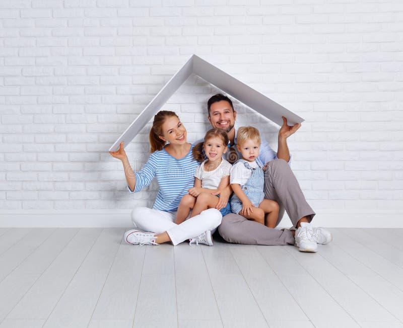Concepto que contiene a una familia joven padre y niños de la madre en n fotografía de archivo libre de regalías