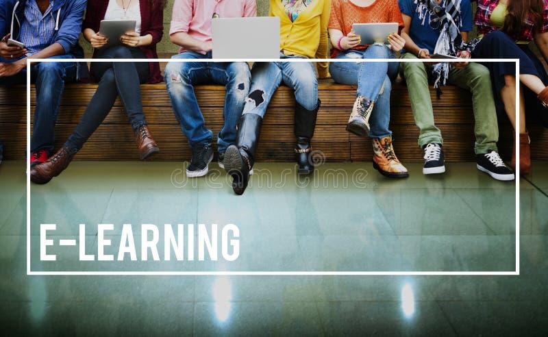 Concepto que estudia en línea de la educación del aprendizaje electrónico medios foto de archivo