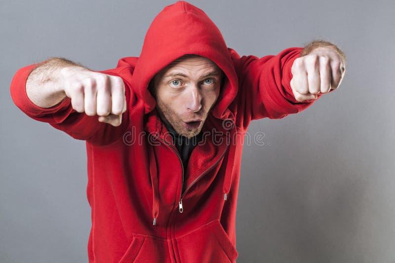 Concepto que lucha masculino para el golpeador divertido del varón de la Edad Media foto de archivo