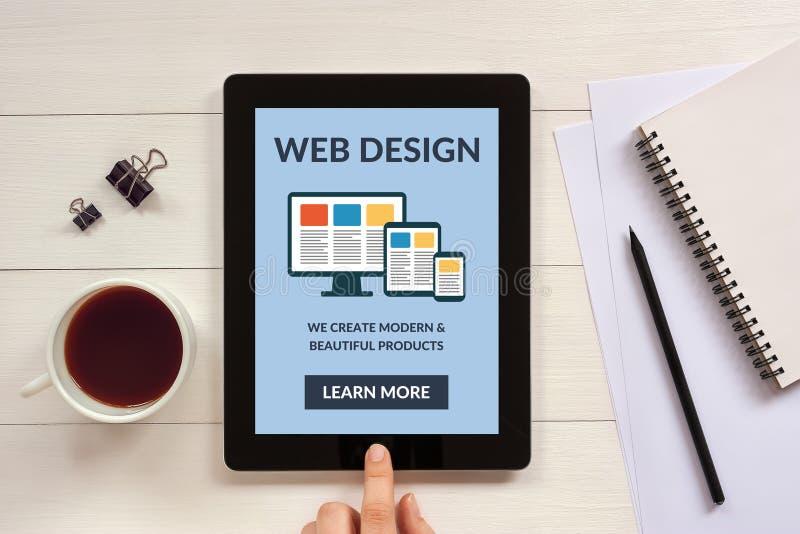 Concepto responsivo del diseño web en la pantalla de la tableta con el objec de la oficina imagenes de archivo
