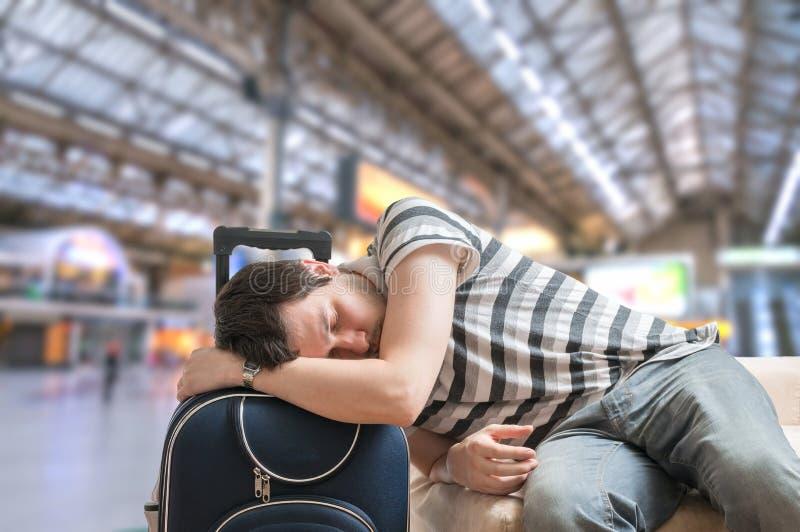 Concepto retrasado del tren El pasajero cansado y agotado está esperando llegada del tren foto de archivo