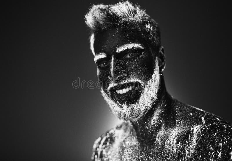 Concepto Retrato de un hombre barbudo Pintan al hombre en el polvo ultravioleta fotos de archivo libres de regalías