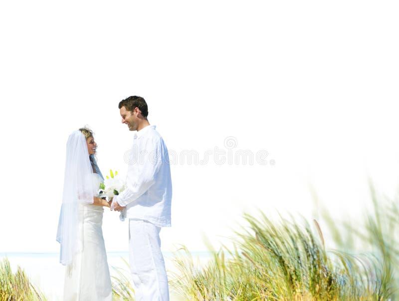 Concepto romántico de la boda del amor de la playa de los pares imagen de archivo libre de regalías