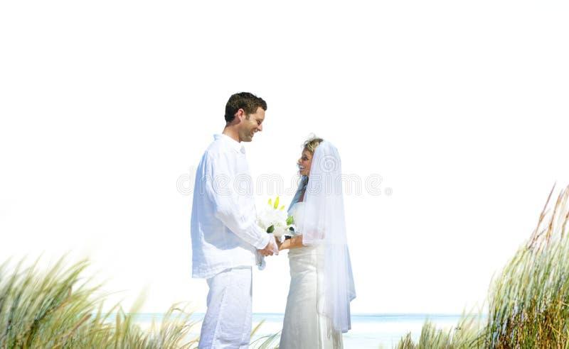 Concepto romántico de la boda del amor de la playa de los pares foto de archivo libre de regalías