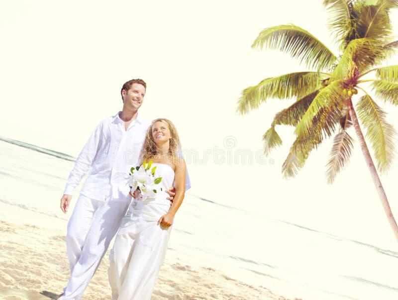 Concepto romántico de la boda del amor de la playa de los pares fotos de archivo libres de regalías