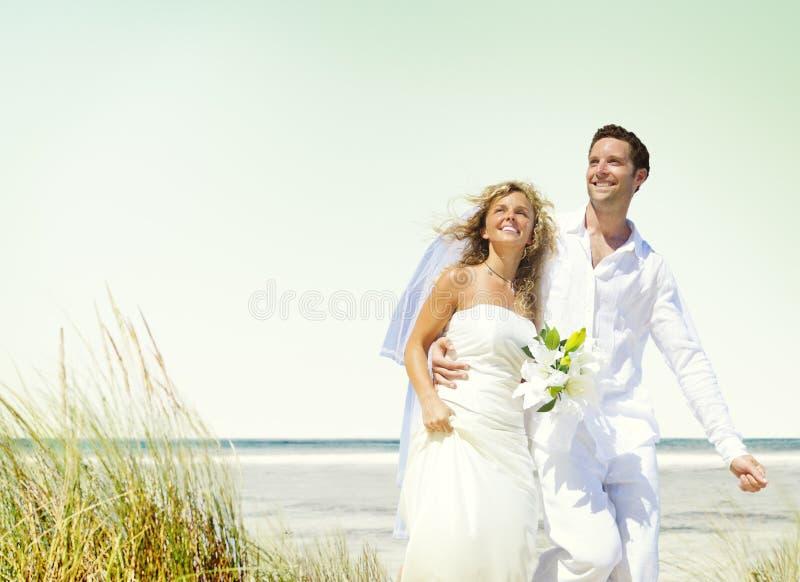 Concepto romántico de la boda del amor de la playa de los pares foto de archivo