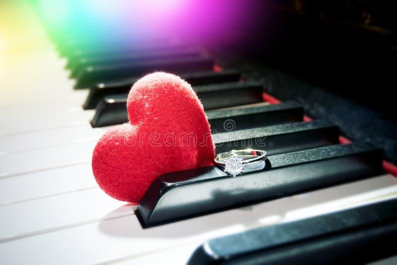 Concepto romántico de la relación corazón rojo del terciopelo y diamante brillante fotos de archivo