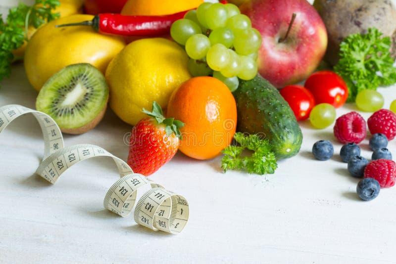 Concepto sano de la aptitud de la comida del estilo de vida de las frutas y verduras frescas foto de archivo libre de regalías