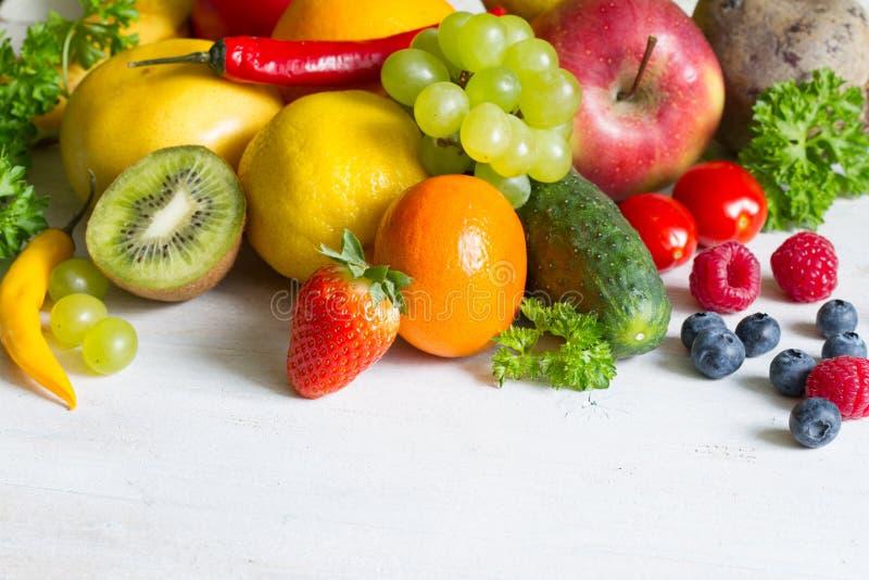 Concepto sano de la aptitud de la comida de las frutas frescas y del estilo de vida de los yvegetables imagen de archivo
