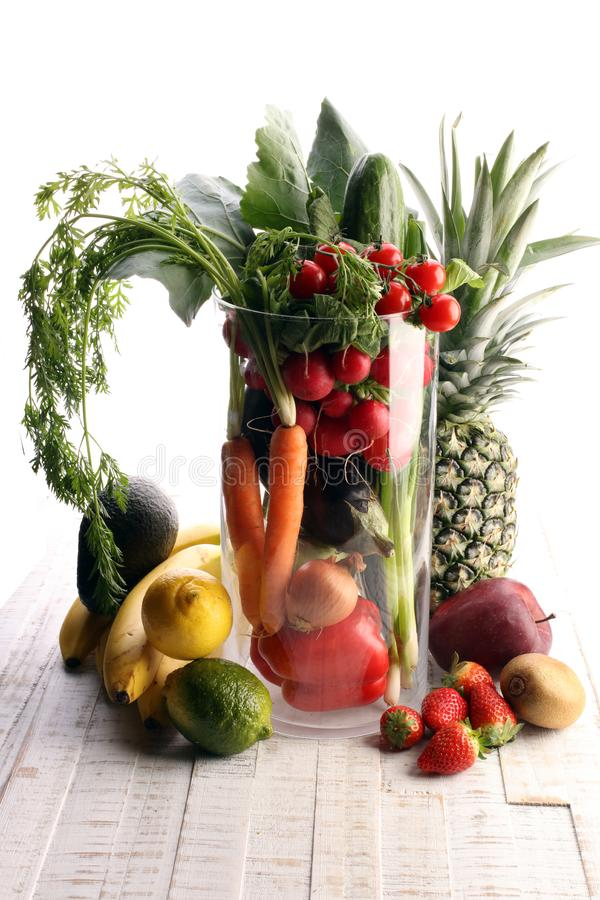 Concepto sano de la comida con las verduras y las frutas en glas grandes fotos de archivo