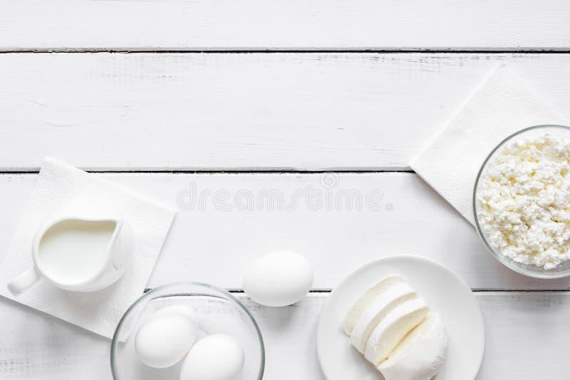 Concepto sano de la comida con leche en la maqueta blanca de la opinión de sobremesa imagenes de archivo