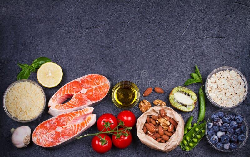 Concepto sano de la comida del Detox con los pescados, las verduras, las frutas y los ingredientes de color salmón para cocinar fotos de archivo