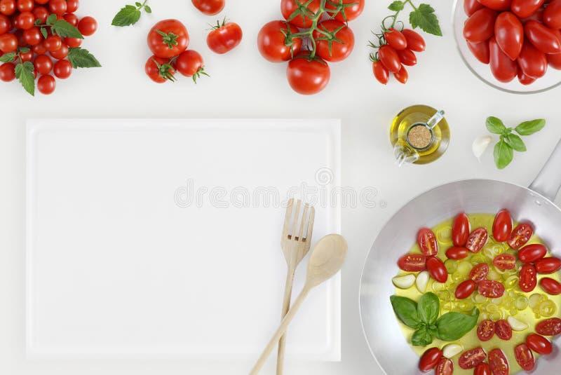 Concepto sano de la consumición muchos tomates frescos y pote redondo s del metal fotos de archivo