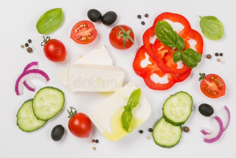 Concepto sano de la consumición - selección de ingredientes griegos de la ensalada en el fondo blanco fotografía de archivo
