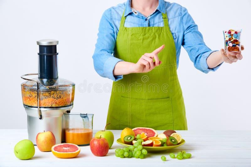 Concepto sano de la dieta del detox de la forma de vida Zumo de fruta, píldoras y suplementos de la vitamina Resolución del ` s d fotos de archivo