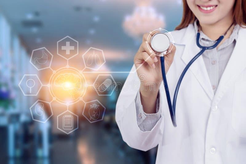 Concepto sano de la tecnología: Doctor asiático joven de la mujer fotos de archivo libres de regalías