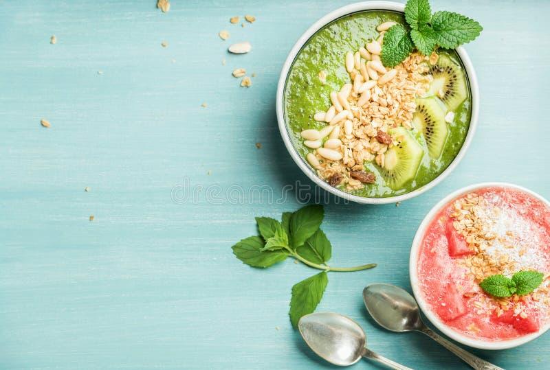 Concepto sano del desayuno del verano Cuencos coloridos del smoothie de la fruta en fondo de los azules turquesa imagen de archivo libre de regalías