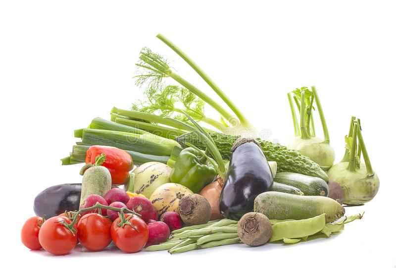 Concepto sano o compras verdes - grupo de la consumici?n de verduras frescas seleccionadas aisladas en el fondo blanco en primer fotos de archivo