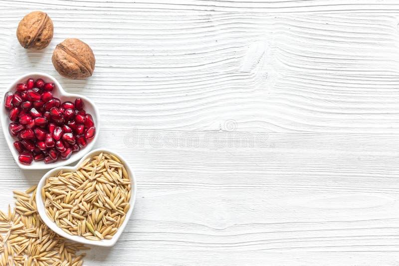 Concepto sano para la comida del corazón en la opinión superior del fondo de madera foto de archivo