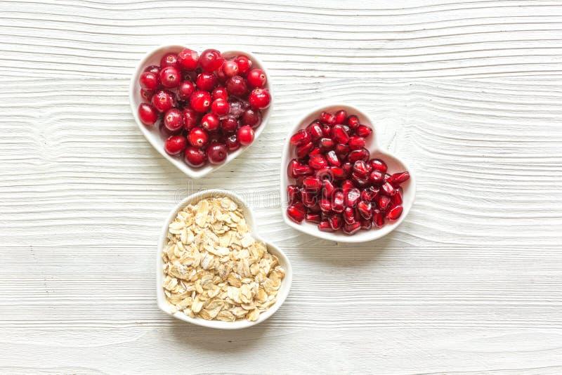 Concepto sano para la comida del corazón en la opinión superior del fondo de madera fotografía de archivo libre de regalías