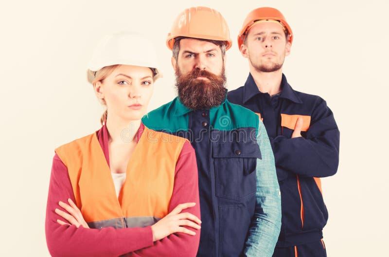 Concepto serio de los trabajadores Equipo de los arquitectos, constructores con las caras serias fotos de archivo