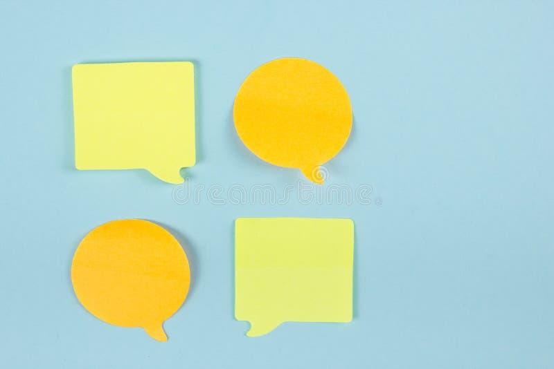 Concepto social de la charla de los medios En blanco amarillos vacian la burbuja de la charla para el texto en fondo azul Símbolo foto de archivo