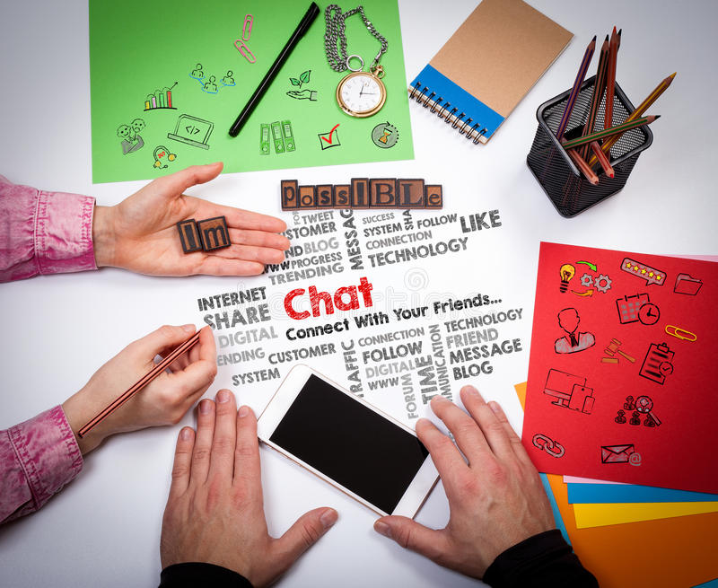Concepto social de la comunicación en línea de la charla medios La reunión en la tabla blanca de la oficina fotos de archivo