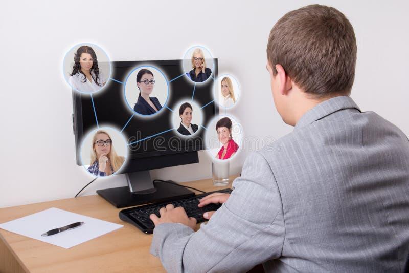 Concepto social de la red - hombre de negocios que usa el ordenador en oficina foto de archivo
