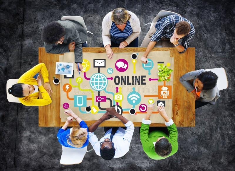 Concepto social de la tecnología del establecimiento de una red de la comunicación en línea global foto de archivo libre de regalías