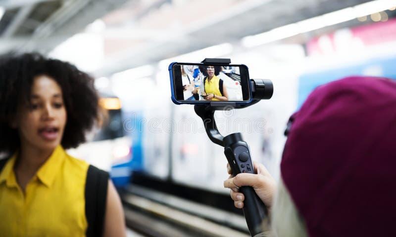 Concepto social que viaja y blogging de la mujer adulta joven medios foto de archivo libre de regalías