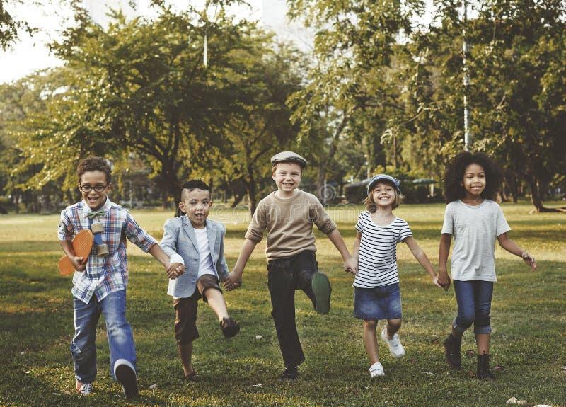 Concepto sonriente de la diversión de la felicidad del grupo de los niños foto de archivo libre de regalías
