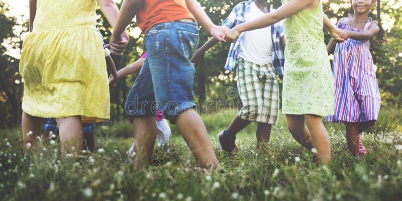 Concepto sonriente de la felicidad de la unidad de la amistad de los niños foto de archivo
