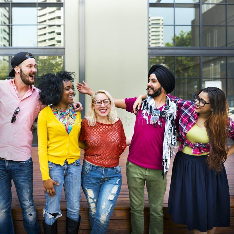 Concepto sonriente de la felicidad del trabajo en equipo de los estudiantes universitarios imagen de archivo