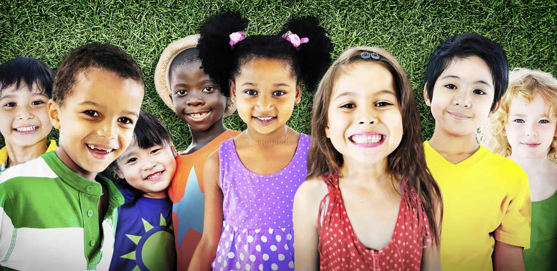 Concepto sonriente de la inocencia de la amistad de los niños de la diversidad fotografía de archivo